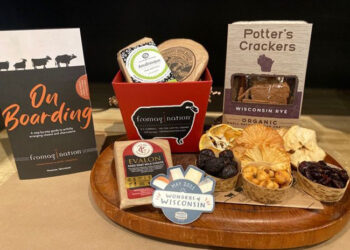This is a picture of Fromagination's Mélange a TroisCheese Board Kit